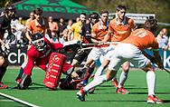 BLOEMENDAAL   - Hockey -  2e wedstrijd halve finale Play Offs heren. Bloemendaal-Amsterdam (2-2) . A'dam wint shoot outs. Jan de Wijkerslooth (A'dam), Roel Bovendeert (Bldaal) , Xavi Lleonart Blanco (Bldaal).   COPYRIGHT KOEN SUYK