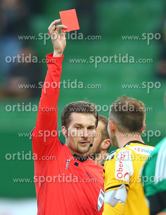 14.02.2015, Ernst Happel Stadion, Wien, AUT, 1. FBL, SK Rapid Wien vs SV Josko Ried, 20. Runde, im Bild Dominik Ouschan (Referee, Schiedsrichter) zeigt Gernot Trauner (SV Josko Ried) die rote Karte // during a Austrian Football Bundesliga Match, 20th Round, between SK Rapid Vienna and SV Josko Ried at the Ernst Happel Stadion, Wien, Austria on 2015/02/14. EXPA Pictures © 2015, PhotoCredit: EXPA/ Thomas Haumer