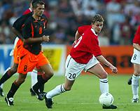 Fotball, 21. august 2002. Privatlandskamp, Norge - Nederland 0-1. Ole Gunnar Solskjær, Norge, og Phillip Cocu, Nederland.