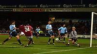 Fotball<br /> FA Cup England 2004/2005<br /> 3. runde<br /> 08.01.2005<br /> Foto: SBI/Digitalsport<br /> NORWAY ONLY<br /> <br /> Northampton Town  v Southampton<br /> <br /> Northampton's Lee Williamson sees his close range shot saved near the end of the match by Southampton's Antti Niemi