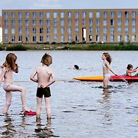 Nederland,Amsterdam , 9 juli 2009..Alternative swimming places in Amsterdam. IJburg. Rietlanderpark West..Alternatieve zwemplekken in en rond Amsterdam..IJburg. Rietlanderpark West..Foto:Jean-Pierre Jans