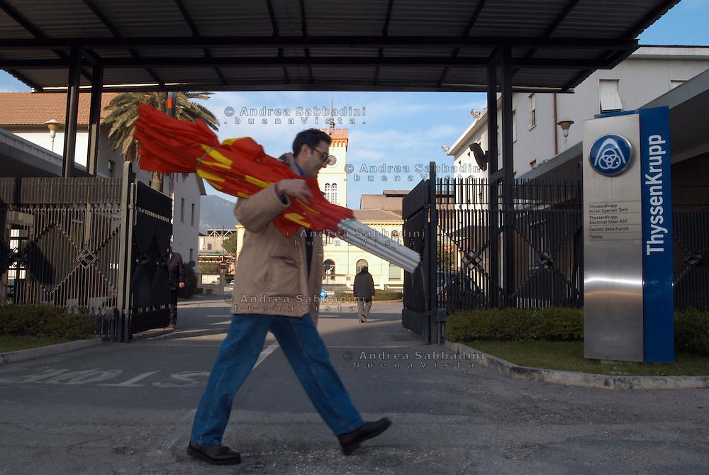 Terni, Italy 3 febbraio 2004: Operai dell'acciaieria Acciai Speciali Terni si preparano per andare a Roma a manifestare.