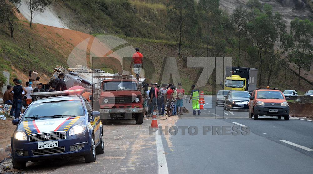 BRUMADINHO MG, 25 Julho 2013 - Um acidente com caminhao que perdeu o freio interrompu uma faixa da Rodovia Fernao Dias na altura do KM 526 na região de Brumadinho, MG nesta quinta  feira, 25.   (FOTO: ALAN MORICI / BRAZIL PHOTO PRESS).