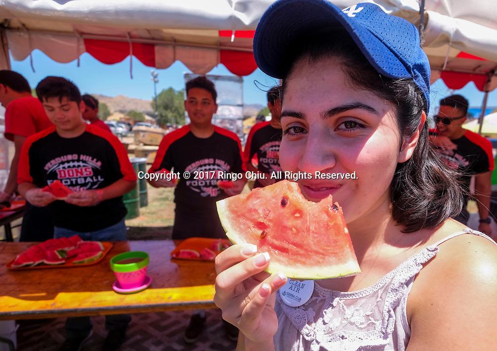 新华社照片,洛杉矶,2017年7月30日<br />     (国际)(1)第五十五届加州西瓜节<br />     7月29日,民众品尝鲜甜西瓜。<br />     在美国洛杉矶,大批民众出席了&quot;第五十五届加州西瓜节&quot;。<br />     新华社发(赵汉荣摄)<br /> A girl enjoys the watermelon at the 55th Annual California Watermelon Festival in Los Angeles, the United States, Saturday, July 29, 2017. (Xinhua/Zhao Hanrong)