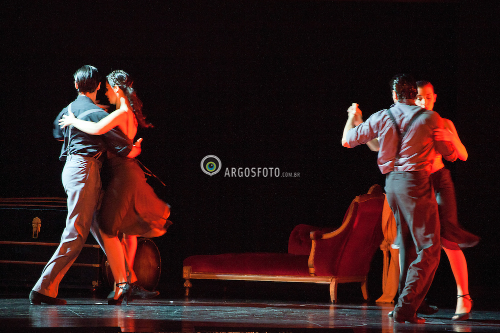 Show de Tango em Buenos Aires, Argentina. Tangueria Tango Porteno, na calle Cerrito . O tango eh um tipo de musica e uma danca para casais. O Tango mescla o drama, a paixao, a sexualidade, a agressividade, eh sempre e totalmente triste. / A tango show in Tango Porteno House,  Buenos Aires, Argentine. Argentine tango is a social dance and musical genre. Its lyrics and music are marked by nostalgia, expressed through melodic instruments like the bandoneon.