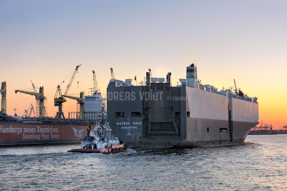 Der Autotransporter MAERSK WAVE  bei den Landungsbrücken mit Blick auf Blohm + Voss. Das Schiff fährt auf der Elbe Richtung Nordsee.