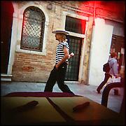 Italie, Venise, Canaregio..Nuovo Ghetto. Un gondolier passe devant une pizzeria..© Jean-Patrick Di Silvestro