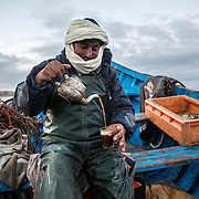Avant de se metrtre en place pour la pêche au poulpe, au petit matin Larbi prépare le thé à la menthe.