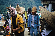 Oaxaca, Huautla de Jiménez. El Dia de los Muertos è particolarmente intenso in questo villaggio mazateco della Sierra Madre Oriental famoso per i riti legati agli hongos, i funghi allucinogeni diventati famosi negli anni Settanta grazie alla celebre sciamana Maria Sabina.
