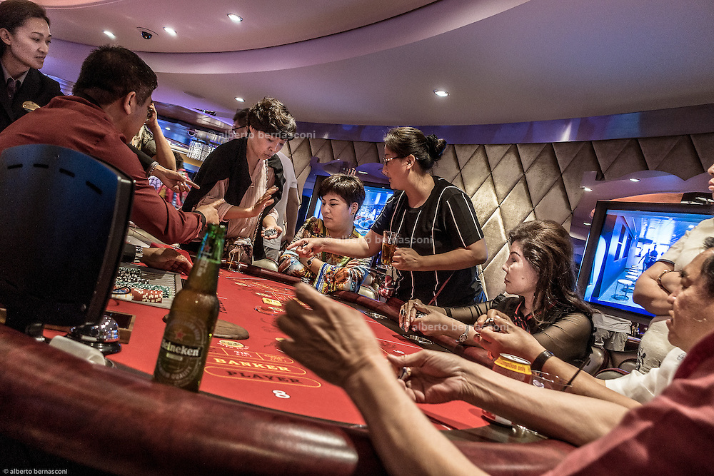 Royal Caribbean, Harmony of the Seas, night at the casino