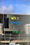 Nederland, Nijmegen Lent, 27-2-2014Op het keukenraam van een nieuwbouwhuis in de wijk Laawik in de waalsprong bij Nijmegen is te lezen dat het konijn weer terug is.De bewoners zijn blij.Foto: Flip Franssen/Hollandse Hoogte