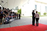 04 JUN 2005, BERLIN/GERMANY:<br /> Gerhard Schroeder (L), SPD, Bundeskanzler, und Doris Schroeder-Koepf (R), Kanzlergattin warten auf dem roten Teppich mit Fotografen unf Kameraleuten auf die Ankunft von J acques C hirac zu einem informellen Treffen, Ehrenhof, Bundeskanzleramt <br /> IMAGE: 20050604-01-005<br /> KEYWORDS: Gerhard Schröder, Journalisten, Ruecken, Rücken, Doris Schröder-Köpf, winkt, winken, Kamera, Camera,