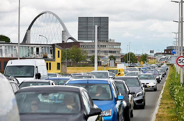 Nederland, Nijmegen, 20-6-2015Dit weekeinde is de oude brug over de waal afgesloten omdat hij wordt aangesloten op de nieuwe verlenging die gebouwd is vanwege de aanleg van de nevengeul. Het leidde tot wat files bij de nieuwe stadsbrug de Oversteek.FOTO: FLIP FRANSSEN/ HOLLANDSE HOOGTE
