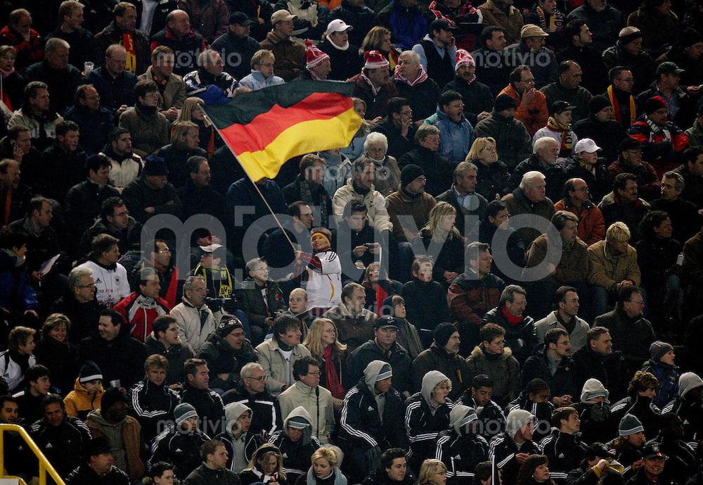 Fussball International Testspiel Deutschland 4-1 USA Kleiner Deutscher Fan mit Nationalfahne