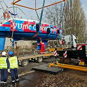 Amsterdam, 27-02-2014.  Vandaag werden enkele grote bijzondere boten voor de HISWA Boat Show uit de Amstel getakeld. Het transport naar Amsterdam RAI gebeurt vannacht rond 01.15 uur. Als de laatste tram voorbij is, worden de bovenleidingen op het Europaplein gedemonteerd en diverse stoplichten zullen worden weggedraaid om plaats te maken voor het transport van de schepen. Op de foto Het 12.85 meter lange schip Cardo van eigenaar Luc Overtoom, die - gesponsord door VUmc Cancer Center Amsterdam - het project Setting Sail doet.