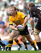 20040904 London Wasps v Saracens. Zurich Premiership..Wasps Matt Dawson, looking to distribute the ball..Photo  Peter Spurrier.email images@intersport-images Mob +447973819551.