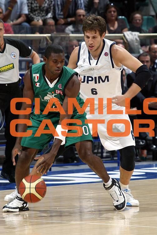 DESCRIZIONE : Bologna Lega A1 2007-08 UPIM Fortitudo Bologna Montepaschi Siena <br />GIOCATORE : Romain Sato<br />SQUADRA : Montepaschi Siena<br />EVENTO : Campionato Lega A1 2007-2008 <br />GARA : UPIM Fortitudo Bologna Montepaschi Siena<br />DATA : 14/10/2007 <br />CATEGORIA : Palleggio<br />SPORT : Pallacanestro <br />AUTORE : Agenzia Ciamillo-Castoria/L.Villani