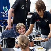 Nederland Rotterdam 08 augustus 2010 20100808  Horecagelegenheid de Tuin in Rotterdam, mensen genieten van het zomerweer op het terras. Appeltaart taart als nagerecht toetje. bedienen, personeel, werknemer, werknemers, ,voedsel, eten, food, .., snoepen, calorierijk, vet eten, ..,calorieen, caloriebom, caloriebommen, nagerecht.  Foto: David Rozing