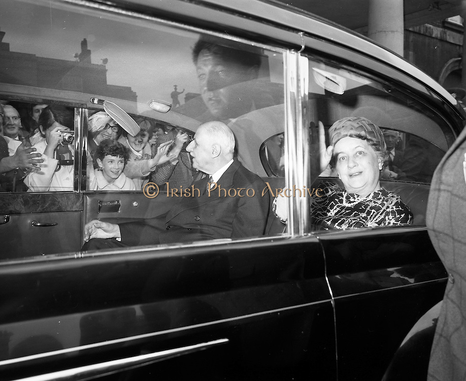 19/06/1969<br /> 06/19/1969<br /> 19 June 1969<br /> General Charles de Gaulle leaves Dublin Castle for Dublin Airport at the end of their Irish holiday, after having had lunch with Taoiseach Jack Lynch. General de gaulle and Madame de Gaulle wave from the car as they depart Dublin Castle.