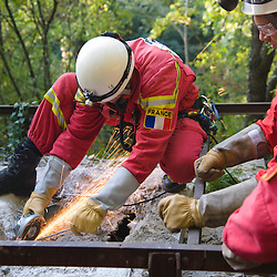 Manoeuvre de secours en d&eacute;combres organis&eacute;e par l'association Secouristes Sans Fronti&egrave;res avec le concours d'&eacute;valuateurs des Pompiers de l'Urgence Internationale. Travail en alternance de deux equipes de secouristes pendant 24 heures dans le cadre de la pr&eacute;paration de SSF &agrave; la qualification IEC d&eacute;livr&eacute;e par l'INSARAG.<br /> octobre 2011 / Dijon / C&ocirc;te d'Or (21) / FRANCE<br /> Cliquez ci-dessous pour voir le reportage complet (124 photos) en acc&egrave;s r&eacute;serv&eacute;<br /> http://sandrachenugodefroy.photoshelter.com/gallery/2011-10-Manoeuvre-de-secours-en-decombre-de-SSF-Complet/G0000eJ7pdDAU2Ic/C0000yuz5WpdBLSQ