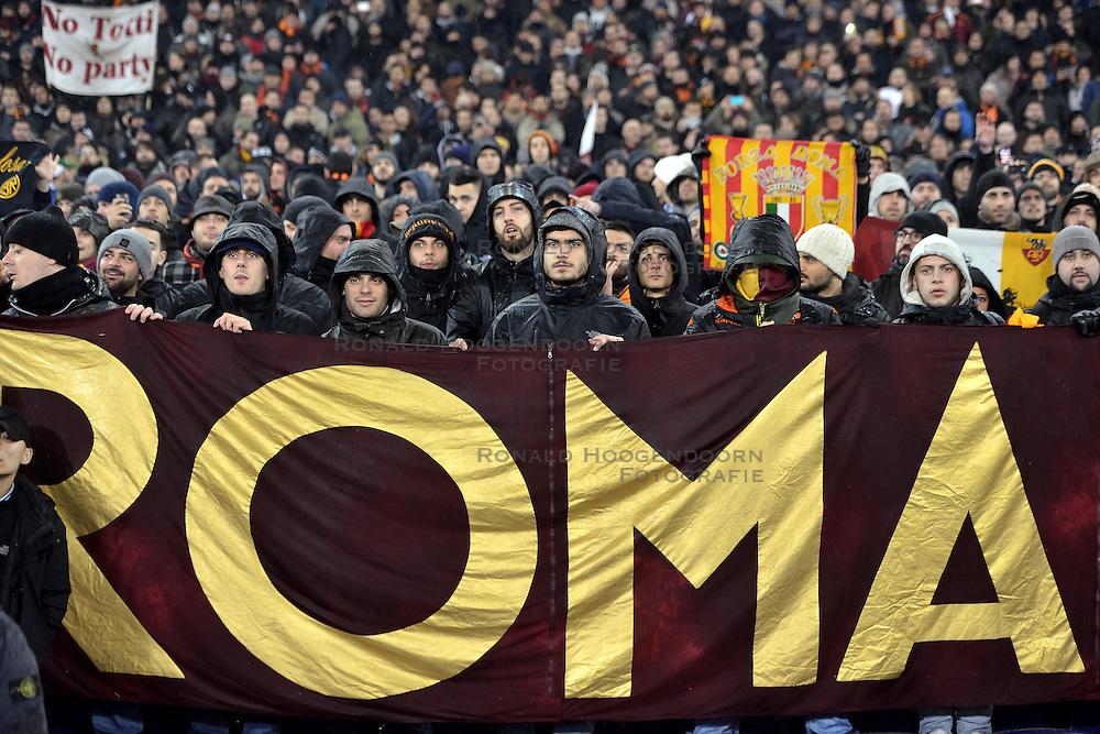 26-02-2015 NED: Europa League Feyenoord - AS Roma, Rotterdam<br /> Feyenoord is er niet in geslaagd de achtste finales van de Europa League te bereiken. De club verloor voor eigen publiek van AS Roma: 1-2 / Roma support publiek