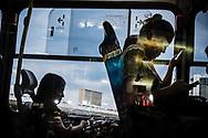 Passageiras checam seus celulares enquanto aguardam a saída de seu ônibus da Rodoviária do Plano Piloto em um fim da tarde em Brasília. Os smartphones são o principal passatempo dos passageiros enquanto esperam no terminal.