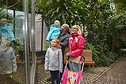 """Mannheim. 02.01.18   <br /> Luisenpark. Feature im Pflanzenschauhaus. Viele Besucher, darunter Familien, nutzen die """"Freien Tage"""" nach Weihnachten und Neujahr für einen Besuch im Luisenpark.<br /> - Familie Bartholomä aus Schifferstadt. <br /> - v.l. Leana, Thorsten, Luisa und Lorena<br /> Bild: Markus Prosswitz 02JAN18 / masterpress (Bild ist honorarpflichtig - No Model Release!) <br /> BILD- ID 00441  """