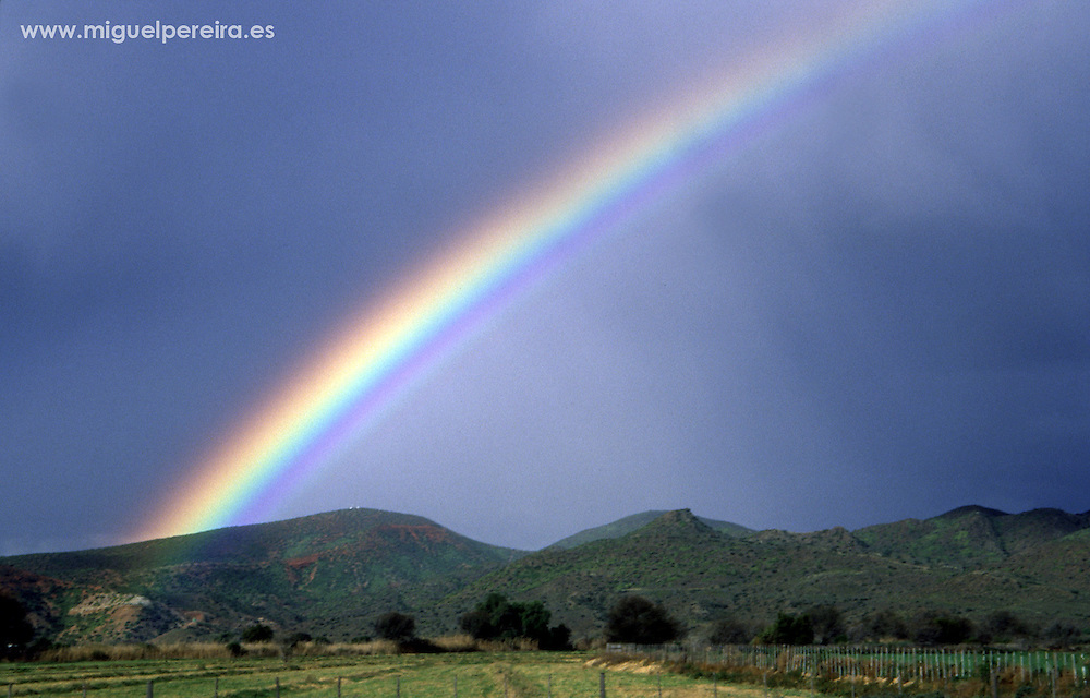 Beatiful rainbow over the South African fields close to Cape Town.<br /> <br /> Espectacular paisaje campestre, con uno de los habituales arcoiris que se forman en el cielo surafricano, en las cercan&iacute;as de Ciudad del Cabo.