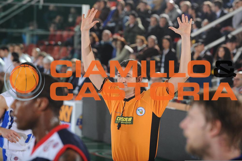 DESCRIZIONE : Avellino Final 8 Coppa Italia 2010 Quarto di Finale NGC Medical Cantu Angelico Biella<br /> GIOCATORE : Arbitro Lamonica<br /> SQUADRA : <br /> EVENTO : Final 8 Coppa Italia 2010 <br /> GARA : NGC Medical Cantu Angelico Biella<br /> DATA : 19/02/2010<br /> CATEGORIA : Arbitro referee<br /> SPORT : Pallacanestro <br /> AUTORE : Agenzia Ciamillo-Castoria/GiulioCiamillo<br /> Galleria : Lega Basket A 2009-2010 <br /> Fotonotizia : Avellino Final 8 Coppa Italia 2010 Quarto di Finale NGC Medical Cantu Angelico Biella<br /> Predefinita :