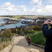 Frankrijk, France, Normandie, Le Treport, 16 oktober 2008 20081016 Foto: David Rozing Franse badplaats Le Treport, mensen maken foto's vanaf uitkijkpunt van het kustplaatsje Le Treport  .French village Le Treport at the normandian coast, people taking pictures on top of the sight seeing/ panorama point of village ..Foto: David Rozing