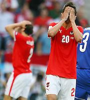 FUSSBALL EUROPAMEISTERSCHAFT 2008 Oesterreich - Kroatien    08.06.2008 Martin Harnik (Oesterreich) und im Hintergrund Joachim Standfest (Oesterreich) enttaeuscht gestikulierend