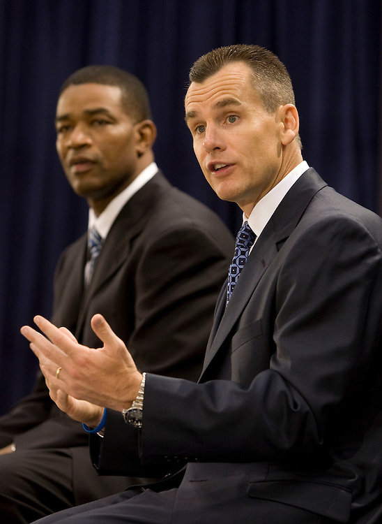 Newly announced Orlando Magic head coach Billy Donovan (R)speaks with the media during his first press conference alongside Magic general manager Otis Smith in Orlando, Florida June 1, 2007. Donovan is leaving the University of Florida to work for the Magic at Florida.REUTERS/Scott Audette (UNITED STATES)
