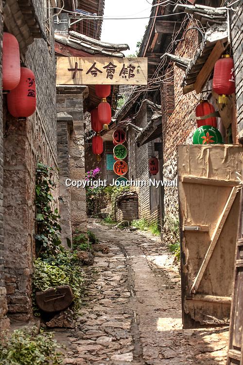 2011 08 21 Bhai Sha Yunnan Kina Liten gr&auml;nd med traditionella kinesiska lyktor i en smal gr&auml;nd<br /> <br /> ----<br /> FOTO : JOACHIM NYWALL KOD 0708840825_1<br /> COPYRIGHT JOACHIM NYWALL<br /> <br /> ***BETALBILD***<br /> Redovisas till <br /> NYWALL MEDIA AB<br /> Strandgatan 30<br /> 461 31 Trollh&auml;ttan<br /> Prislista enl BLF , om inget annat avtalas.