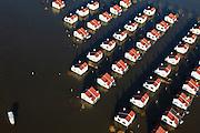 Nederland, Limburg, Roermond, 2011-01-10; Maasplassen, Zuidplas. Recreatiewoningen geisoleerd door het hoogwater. De huizen zijn drijvende woningen die bij hoog water met het stijgende water meebewegen. .Maasplassen, Zuidplas, isolated houses because of the high waters. The (holiday) houses are floating houses that will rise with high water..luchtfoto (toeslag), aerial photo (additional fee required).© foto/photo Siebe Swart