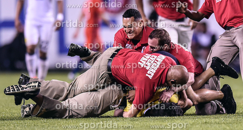 23.06.2016, Soldier Field, Chicago, USA, Coppa America, Kolumbien vs Chile, Halbfinale, im Bild A fan is tackled by security // during the Semi final match of Copa America Centenario between Colombia and Chile at the Soldier Field in Chicago, United States on 2016/06/23. EXPA Pictures &copy; 2016, PhotoCredit: EXPA/ Photoshot/ Bao Dandan<br /> <br /> *****ATTENTION - for AUT, SLO, CRO, SRB, BIH, MAZ only*****