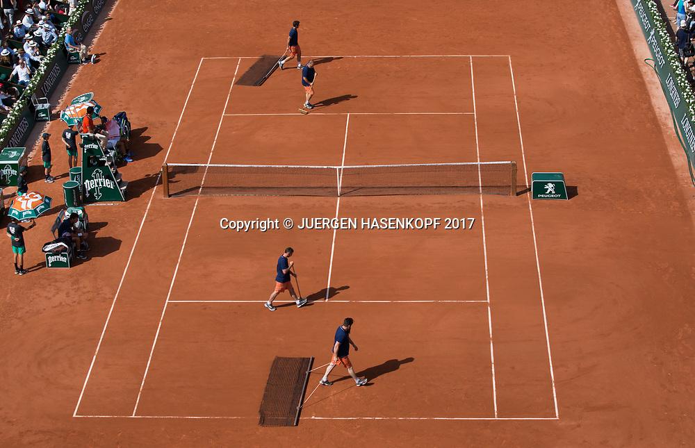 French Open 2017 Feature, Platzwarte,auf dem Court Philippe Chatrier,von oben,<br /> <br /> Tennis - French Open 2017 - Grand Slam / ATP / WTA / ITF -  Roland Garros - Paris -  - France  - 31 May 2017.