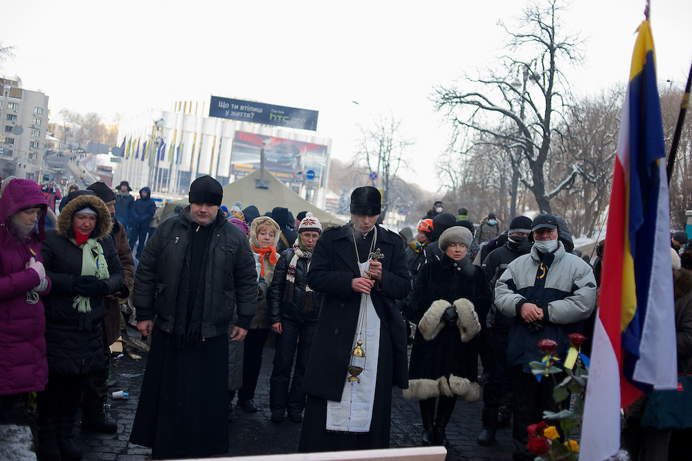 January 25, 2014 - Kiev, Ukraine: Anti-government protestors pray as demonstrations continue outside the Dynamo Kiev stadium near the Independence Square in central Kiev. (Paulo Nunes dos Santos)