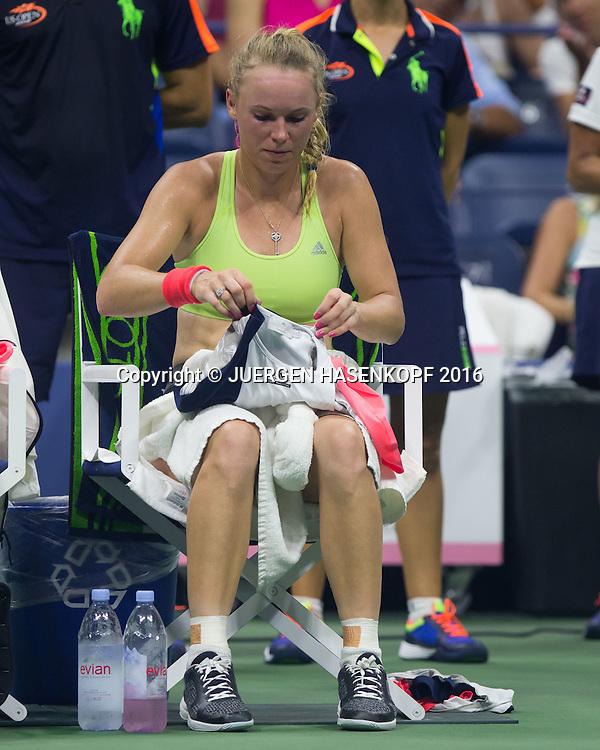 CAROLINE WOZNIACKI (DEN) sitzt auf dem Stuhl waehrend der Spielpause und wechselt ihr Hemd, kurios,<br /> <br /> Tennis - US Open 2016 - Grand Slam ITF / ATP / WTA -  USTA Billie Jean King National Tennis Center - New York - New York - USA  - 8 September 2016.