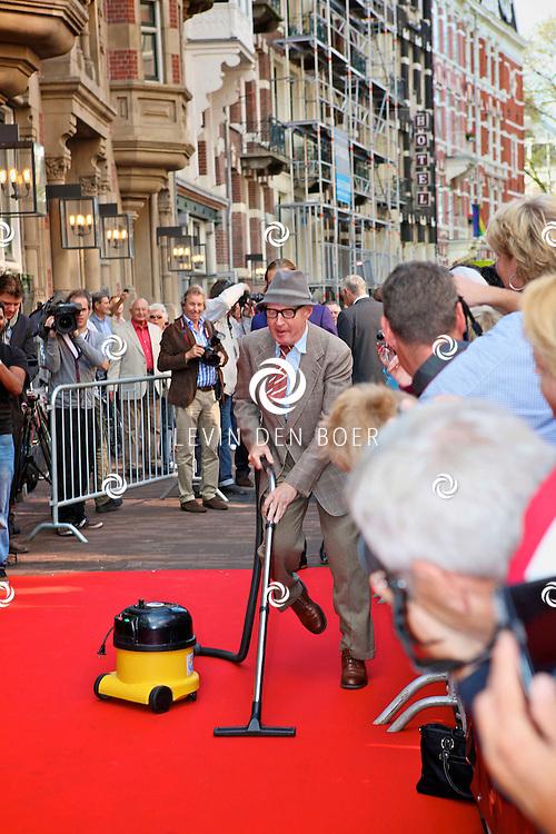 AMSTERDAM - In de LaMar theater is de premiere van Andre van Duin.  Met op de foto Andre van Duin als meneer wijdbeens. FOTO LEVIN DEN BOER - PERSFOTO.NU