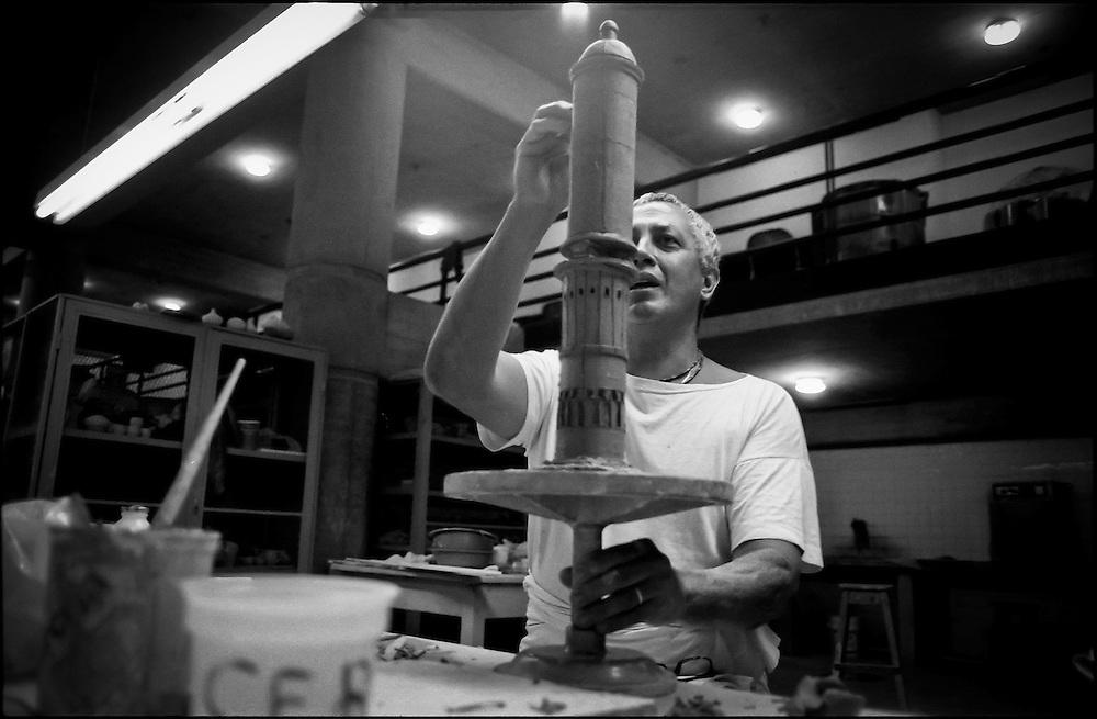PORTRAITS / RETRATOS<br /> <br /> Fenier Perez<br /> Ceramista Venezolano<br /> Caracas - Venezuela 2002<br /> <br /> (Copyright &copy; Aaron Sosa)