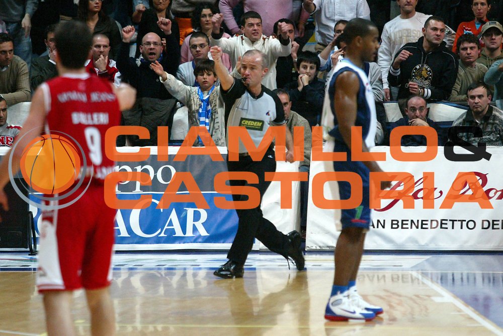 DESCRIZIONE : Milano Lega A1 2005-06 Roseto Basket Armani Jeans Milano <br /> GIOCATORE : Arbitro <br /> SQUADRA : Roseto Basket <br /> EVENTO : Campionato Lega A1 2005-2006 <br /> GARA : Roseto Basket Armani Jeans Milano <br /> DATA : 26/02/2006 <br /> CATEGORIA : <br /> SPORT : Pallacanestro <br /> AUTORE : Agenzia Ciamillo-Castoria/G.Ciamillo
