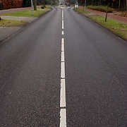 NLD/Huizen/20060104 - Middenlijn Naarderstraat Huizen, streep asfalt, weg, rijweg, straat,