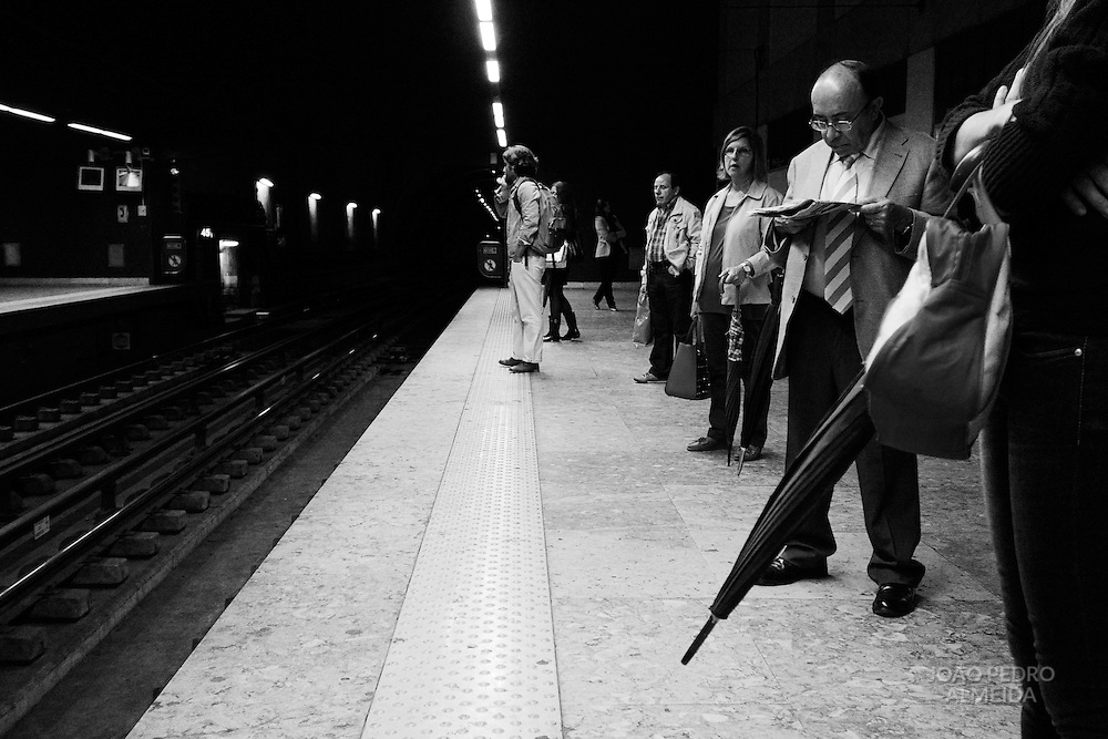 The end of a rainy workday on a Lisbon subway station.
