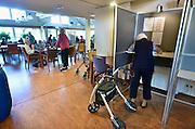 Nederland, Millingen, 22-5-2014Stemmen tijdens de verkiezingen voor het europees parlement. Stembureau, stemburo in een verzorgingshuis.Netherlands, european elections voting for the parliament. Polling stationFoto: Flip Franssen/Hollandse Hoogte