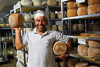 Italie. Sardaigne. Province de Cagliari. Artisan fromager a Siliqua. // Italy. Sardinia. Cagliari province. Cheese maker at Siliqua.