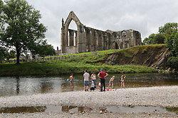 © Licensed to London News Pictures. 06/09/2016. Skipton, UK. Day trippers enjoy the sunshine and hot temperatures next to the River Wharfe at Bolton Abbey near Skipton in North Yorkshire. Forecasters are predicting the hottest start to Autumn since the 1940s as warm air blows up from the south this week. Photo credit : Ian Hinchliffe/LNP