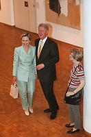 """19 JUN 1999 - COLOGNE, GERMANY:<br /> Bill Clinton (M), Präsident USA, und seine Ehefrau Hillary Clinton (L), und eine hyperrealistische Plastik """" Frau mit Umhängetasche"""" von Duane Hanson in der Philharmonie Köln während dem G8 Wirtschaftgipfel<br /> Bill Clinton (M), President USA, and his wife Hillary Clinton and a hyperrealistic plastic """"Woman with a purse"""" by Duane Hanson, in the Philharmonie Colonge during the G8 Economic Summit <br /> IMAGE: 19990619-01/05-21"""