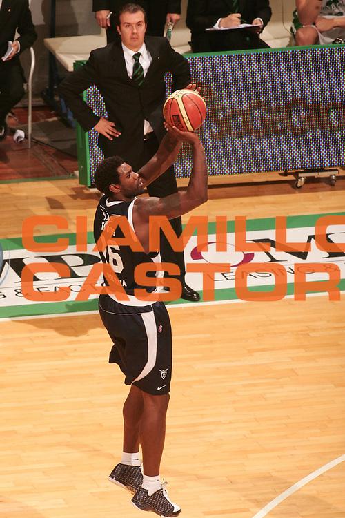 DESCRIZIONE : Siena Lega A1 2008-09 Montepaschi Siena Fortitudo Bologna<br /> GIOCATORE : Oyntel Woods<br /> SQUADRA : Fortitudo Bologna<br /> EVENTO : Campionato Lega A1 2008-2009 <br /> GARA : Montepaschi Siena Fortitudo Bologna <br /> DATA : 09/11/2008 <br /> CATEGORIA : tiro<br /> SPORT : Pallacanestro <br /> AUTORE : Agenzia Ciamillo-Castoria/P.Lazzeroni