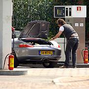 NLD/Blaricum/20060505 - Marco Borsato vult het bezninestation de olie bij van zijn Porsche cabriolet