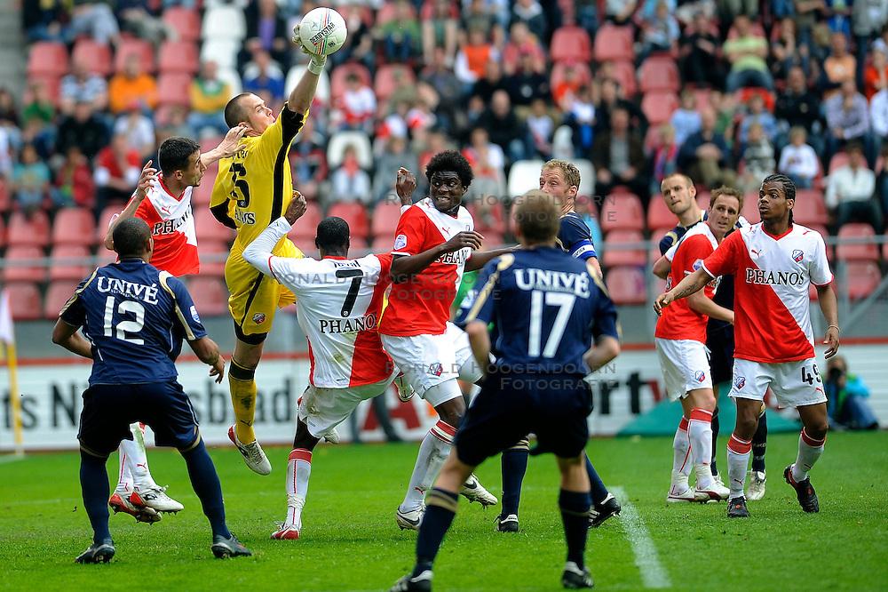 19-04-2009 VOETBAL: FC UTRECHT - HEERENVEEN: UTRECHT<br /> Utrecht wint met 2-1 van Heerenveen / Wesley de Ruiter tikt de bal weg<br /> &copy;2009-WWW.FOTOHOOGENDOORN.NL